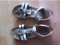 Clarks girls sandals white, size 4 / 37