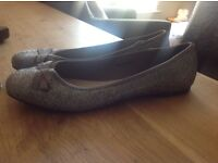 PRETTY SILVER/METALIC TU - BOW BALLERINA'S SIZE 4 - WORN ONCE