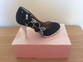 Lady's shoes size 5 unworn boxed