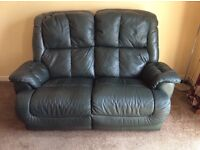 DARK GREEN LEATHER 2 SEATER RECLINING SETTEE GOOD CONDITION