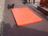 Large crash Matt 180lengthx121widthx10hi ideal for young gymnast used but still in great condition