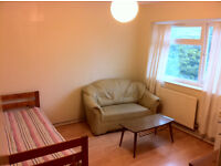 E14 light double room. Westferry, Limehouse, Mile End. AVaILABLE