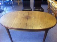 Good condition!!! Oval shaped extendable dining table with fold out mid section