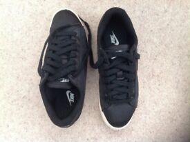Ladies Nike Size 4 Black Trainers - hardly worn