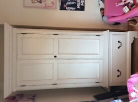 Wardrobe and chest drawers