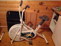 Exercise bike with hydraulic adjustment