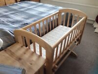 Wooden crib with mattress and four fitted sheets