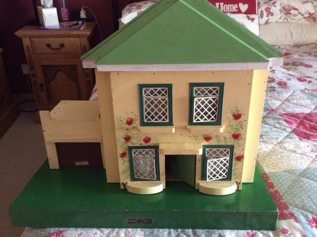 Lovely Amersham vintage dolls house