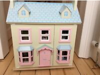 Le Toy Van Mayberry Manor Dolls House with dolls and furniture