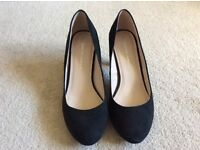 Size 7 Dorothy Perkins mid heel black suede court shoe, only worn once