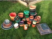 Over 100 plastic flower pots and 40 dishes in various sizes
