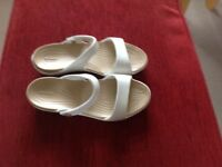Crocs ladies sandals flat,oyster/white NEW.