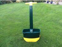 Lawn feed spreader