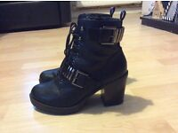 High heel boots from New Look, colour black, size 5