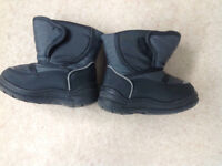 Black and grey childrens snow boots. Size 7(24).