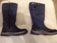 Snow boots, size 5, nearly new.