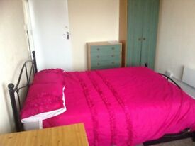 NICE LARGE ROOM TO RENT ONLY £75 PER WEEK INC. COUNCIL TAX IN BEESTON. NEAR BOOTS AND THE UNI