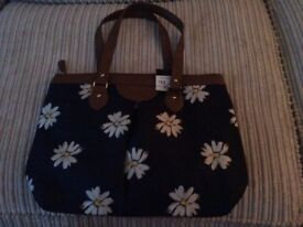 Navy bag with daisy print
