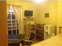 Habitación doble espaciosa, completa amueblada, tv. Zona 2, 20 min. Centro de Londres. Todo incluido
