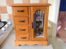 PERFECT CONDITION LITTLE JEWELLERY BOX WITH A SELECTION OF COSTUME JEWELLERY INCLUDED