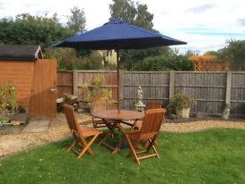 AS NEW BEAUTIFUL WOODEN PATIO SET WITH PARASOL WITH COVERS