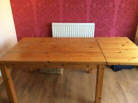 Solid oak 4-6 seater dining table.