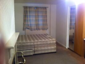 NICE DOUBLE ROOM IN CHESSINGTON