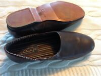 Mens leather slippers size 9 1/2 fabric lining slightly used in new condition colour brown Clarks