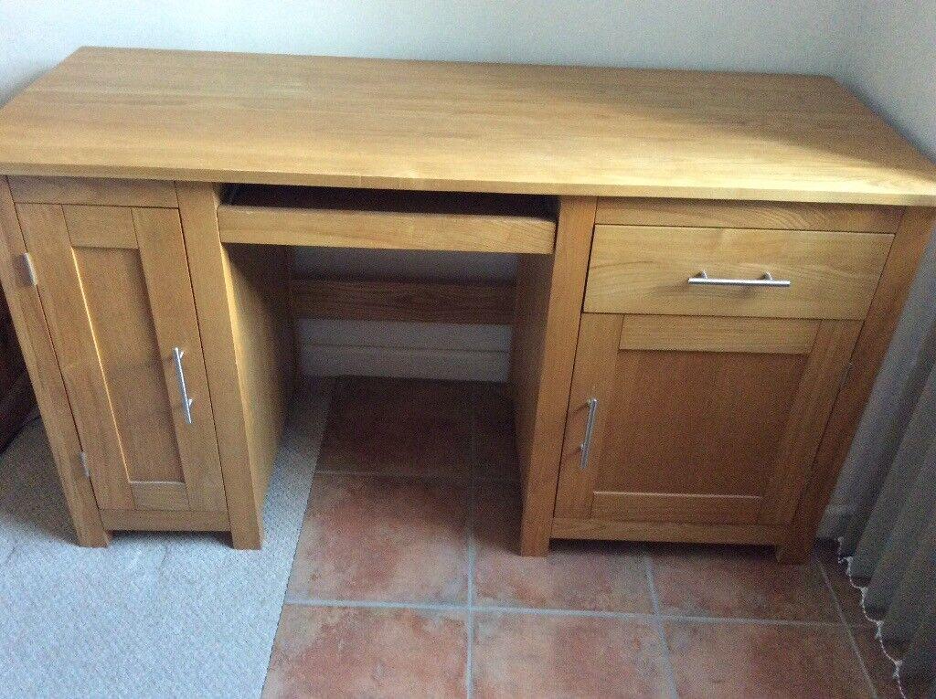 Oak desk in good condition