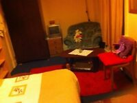 LARGE DOUBLE ROOM IN A CLEAN PEACEFUL QUIET HOUSE.... SAFE NEIGHBOURHOOD AND CENTRAL LOCATION