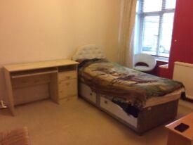 Large single furnished room to let