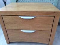Solid oak bedside table/chest of drawers ex condition high quality