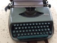 ROYAL MANUAL TYPE WRITER GOOD WORKING CONDITION