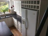 """White grain effect kitchen units, Neff """"domino""""hobs & Franke sink"""