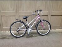 Ladies bicycle in good condition, 5'3 upwards. New d lock included.