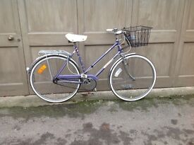 Ladies Elswick Hopper town bicycle in good working order, medium frame. Lock included.
