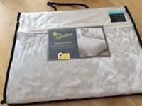 Jacquard Damask. Duvet set with two pillow cases unwanted gift £8