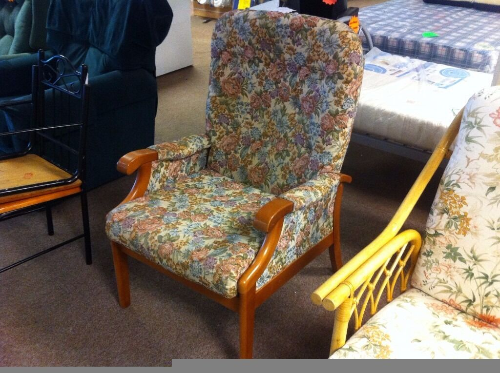 EXCELLENT CONDITION!!! Floral lounge chair armchair with solid wooden frame