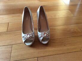 Quiz silver court shoes