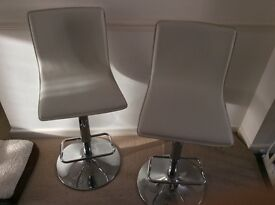 2 bar stool in good condition