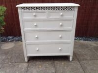 White wooden chest of drawers in very good condition(91x40x101cm) 3 full drawers and 2 half drawers.