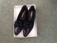 Black patent shoes, flat with fabric bow