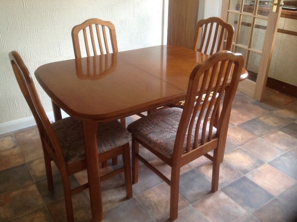Traditional Dining Table with 6 matching chairs (2 carvers)