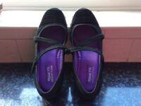 Ladies Black Skechers Shoes. Size 5