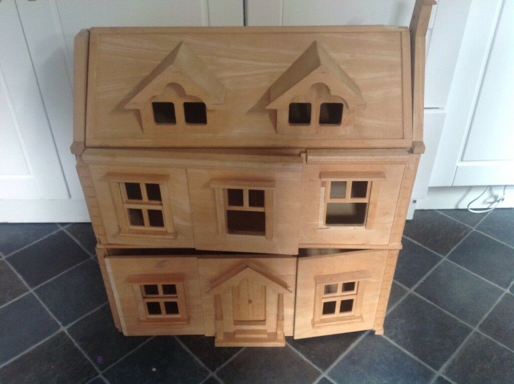 Large wooden dolls house for re vamp And paint
