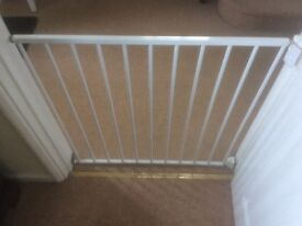 Lindam Wall Fixing Adjustable Safety Gate. Opens Both Ways