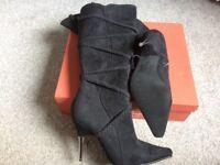 Boots black size 5