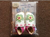 BEAUTIFUL SOFT LEATHER BABY PRAM SHOES - BRAND NEW STILL IN PACKING (AGE 0-6 MONTHS)