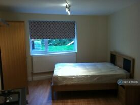 1 bedroom flat in Cleveley Crescent, London, W5 (1 bed) (#1112244)