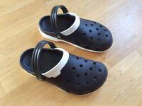 AS NEW Unisex Crocs Black / White Duet Clog Shoes (UK Size 7)